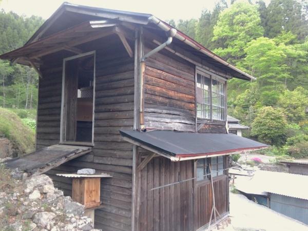 木造2階建ての小屋。1階と2階別々に出入り口があります。